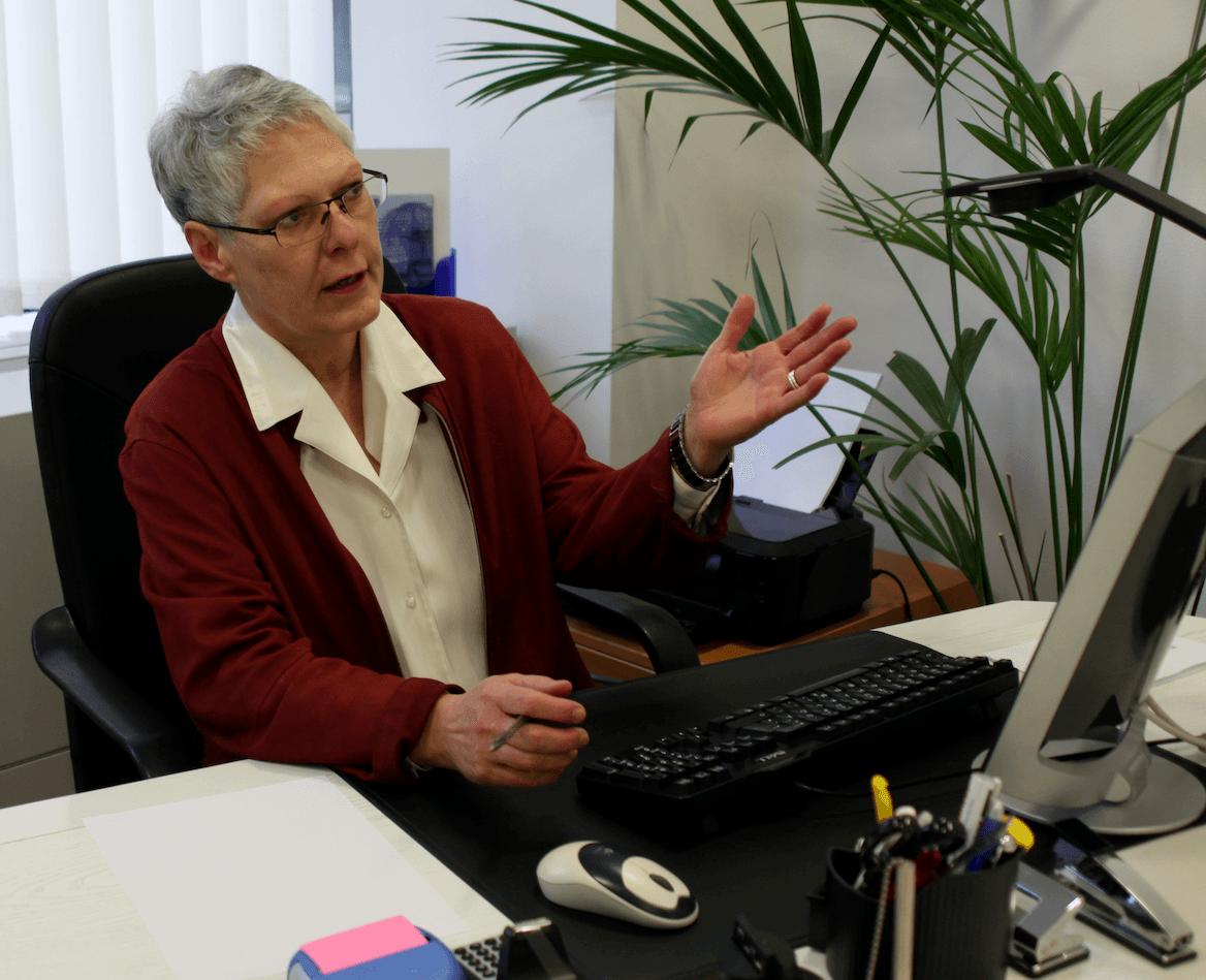 Susanne Richter am Schreibtisch