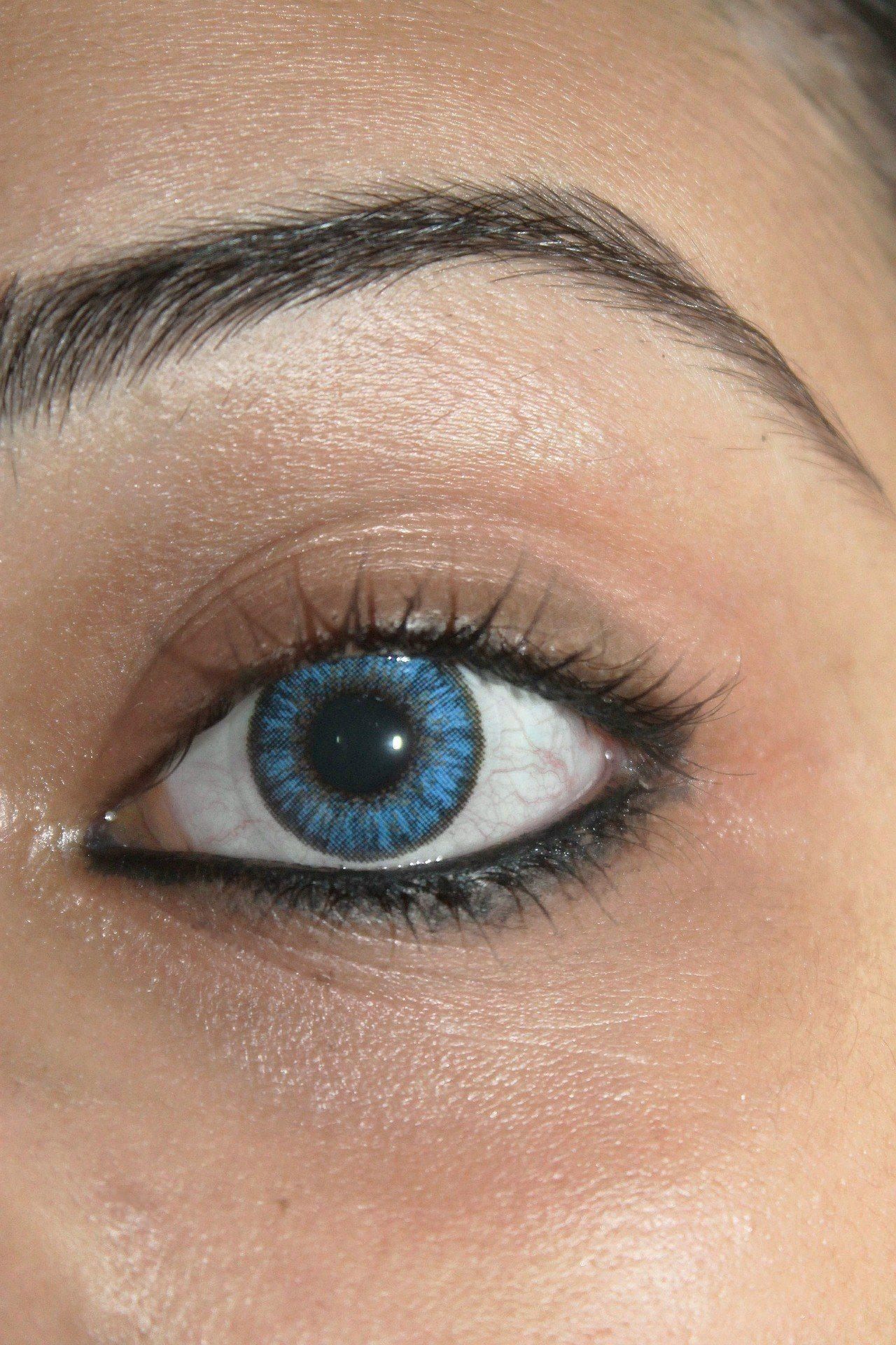 Frauengesicht-nur-das-Auge