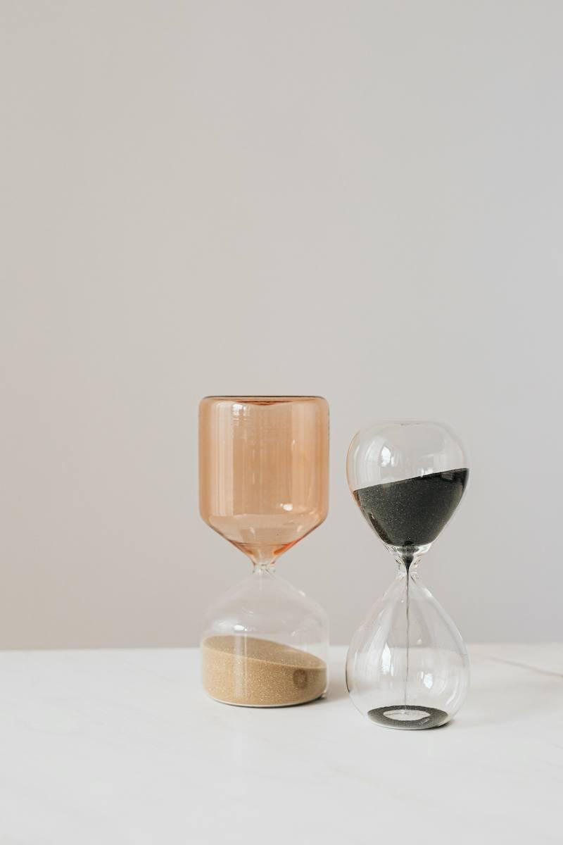 Bild: 2 Sanduhren auf einem Tisch