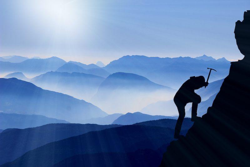 Bild: Ein Bergsteiger, der den Berg erklimmt