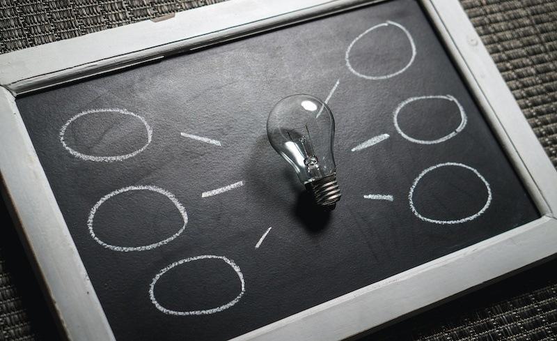 Bild: Glühlampe in der Mitte einer Kreidetafel