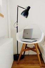 Bild: Laptop auf einem Sessel in einem Appartment