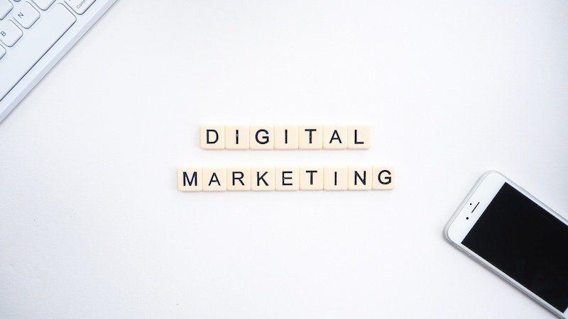 Bild: Scrabbel-Buchstaben-digitales-Marketing