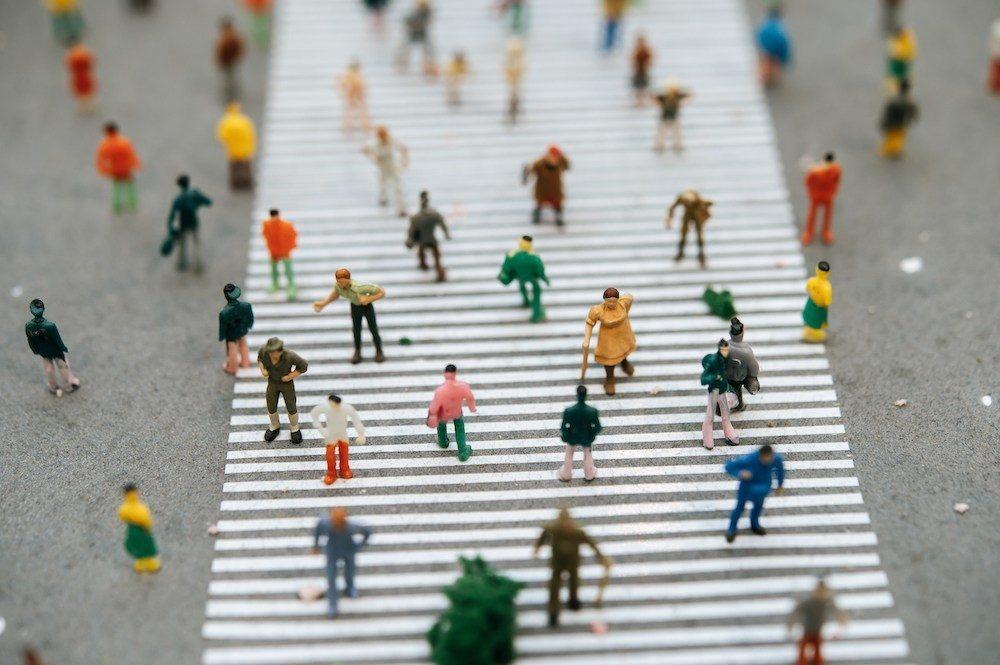 Bild: Viele Miniatur-Menschen